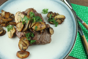 sirloin-steaks-with-creamy-mushrooms